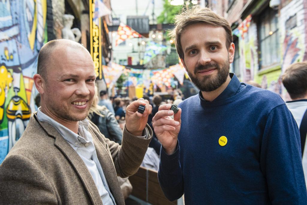 Jan Christian Vestre og Lars Urheim viser frem materialprøver av eierløs havplast